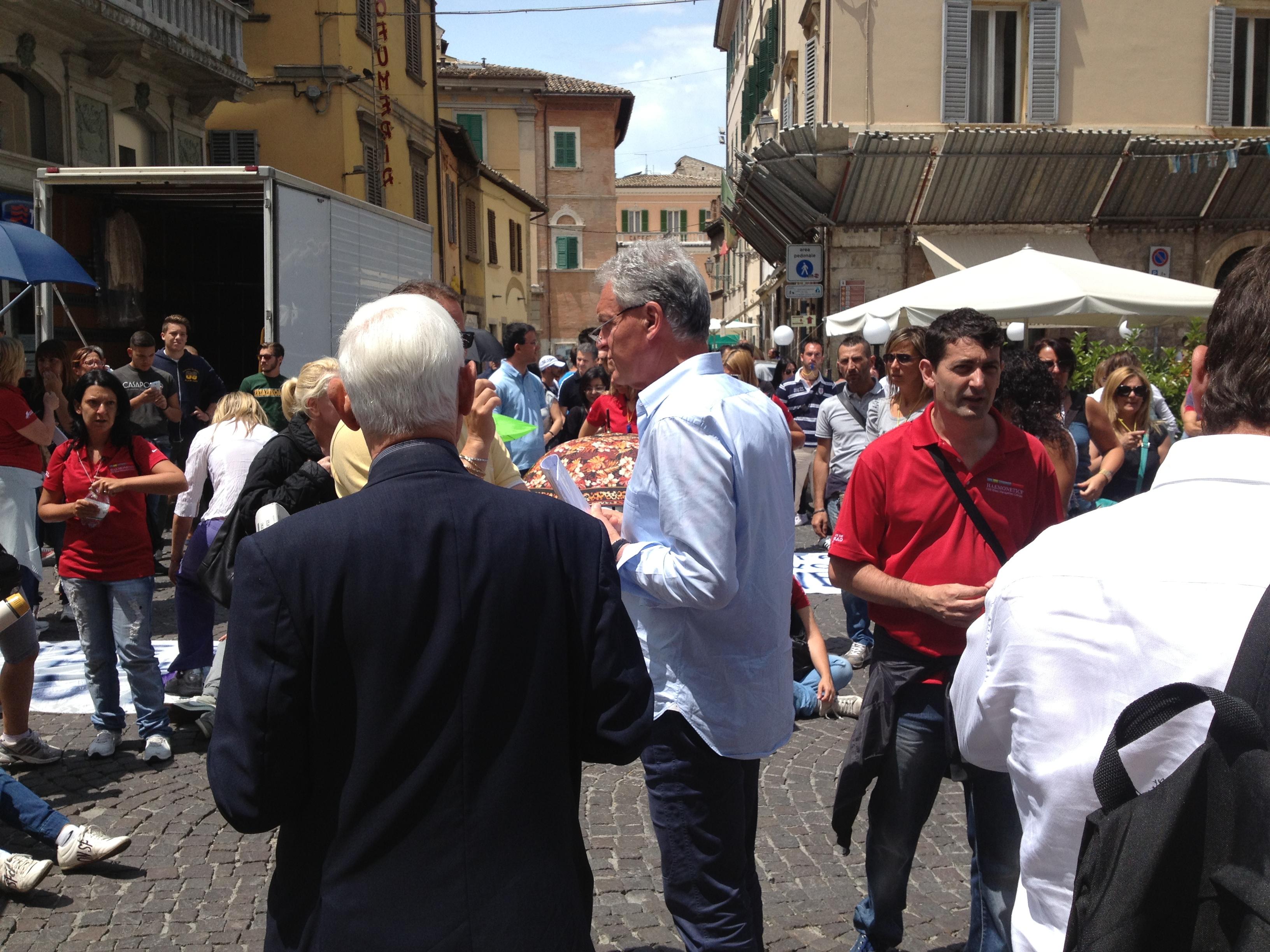 il presidente celani incontra i manifestanti