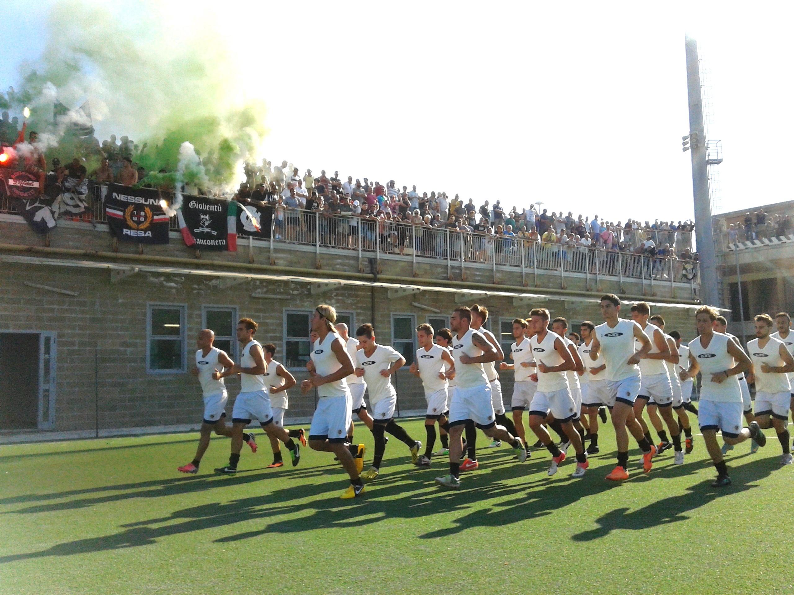 La squadra al lavoro sotto i tifosi bianconeri
