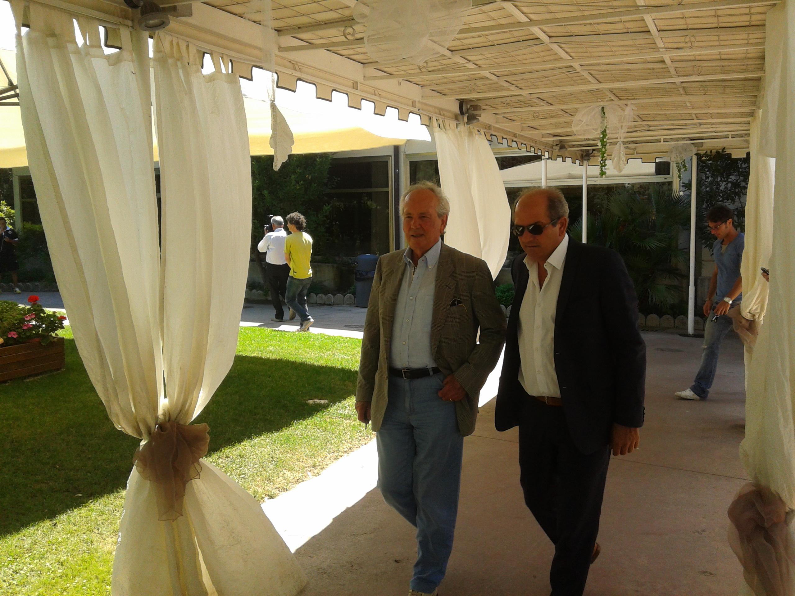 Presidente e ds entrano nella sala conferenze