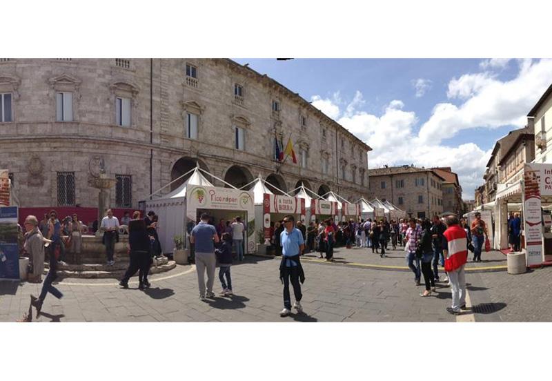 Una piazza di Ascoli Piceno