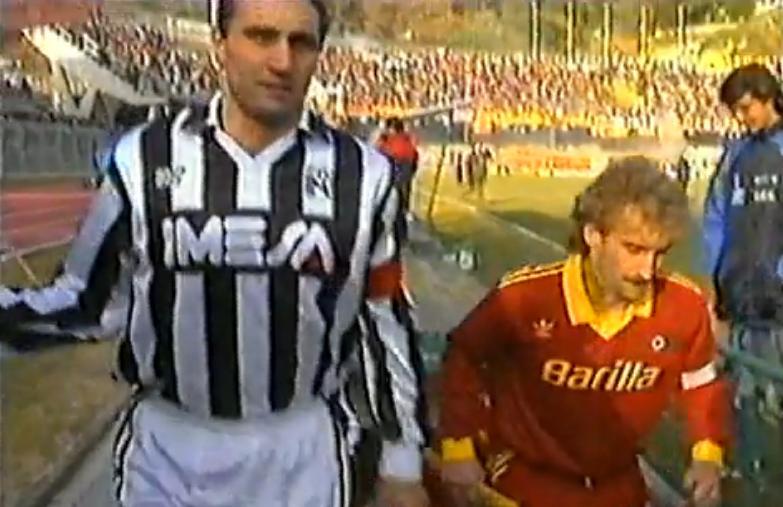Bruno Giordano con la maglia dell'Ascoli in una sfida con la Roma, al suo fianco, all'ingresso al Del Duca, Rudi Voeller