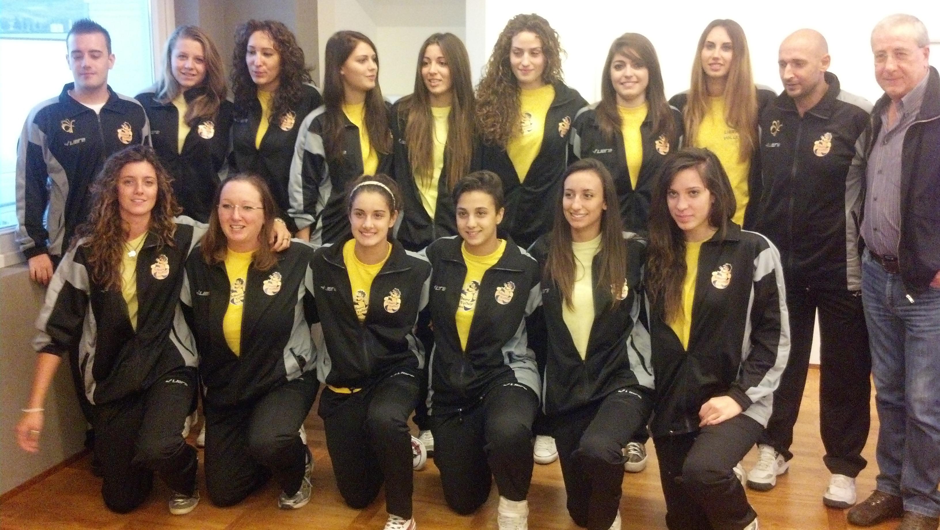 La prima squadra della Libero Volley con i tecnici