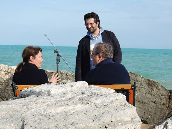 Silvia Ballestra e Vincenzo Mollica, di spalle, sugli scogli del molo sud di San Benedetto