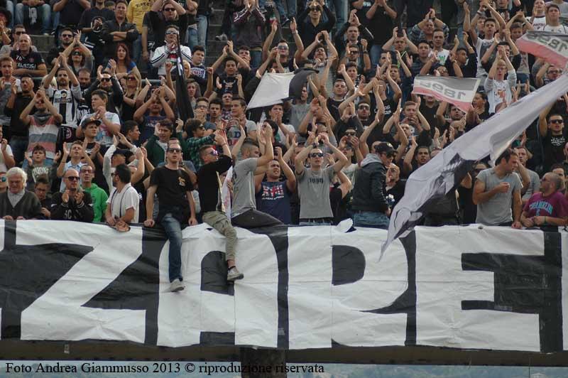Tifosi dell'Ascoli omaggiano Filippini durante Ascoli-Salernitana