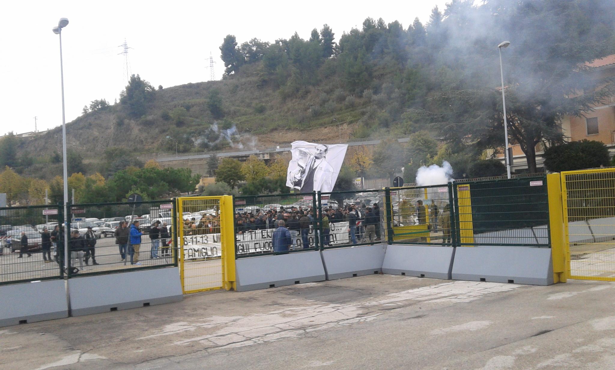 La protesta dei tifosi fuori dal piazzale