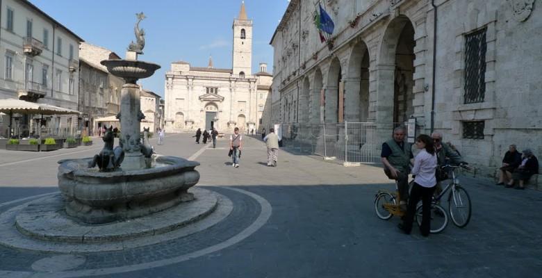 Piazza Arringo e la pinacoteca