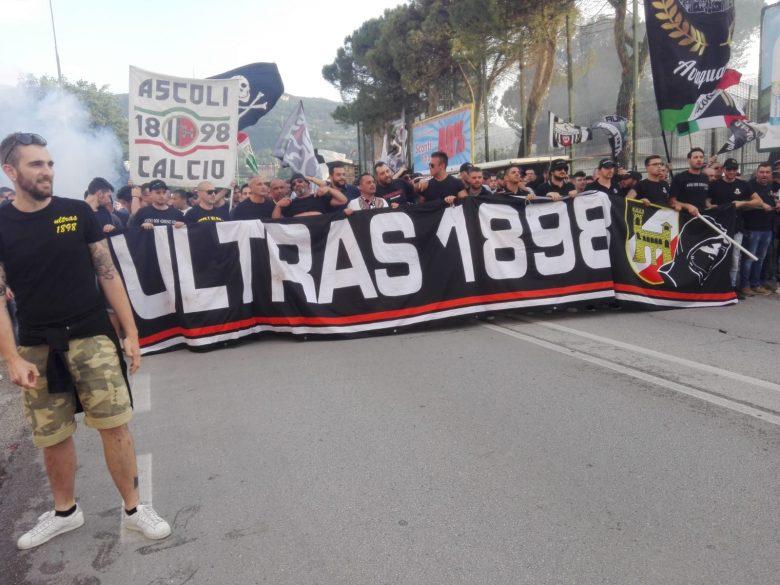 Corteo dei tifosi prima di Ascoli vs Entella (foto di Carla Baldassarri)