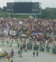 Pescara-Ascoli giocatori in festa sotto la Curva