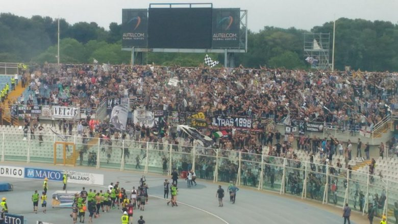 Pescara-Ascoli-giocatori-in-festa-sotto-la-Curva-780x439.jpg