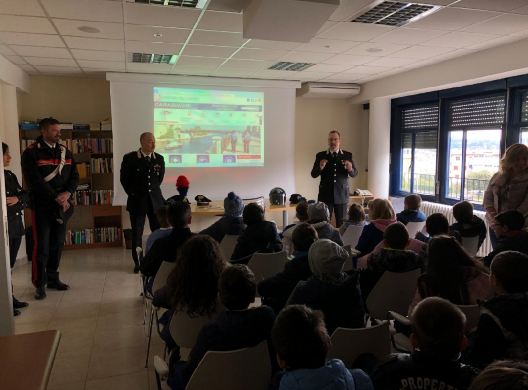 """Ascoli, gli alunni della """"Don Giussani-Monticelli"""" in visita dai carabinieri - Piceno Oggi"""