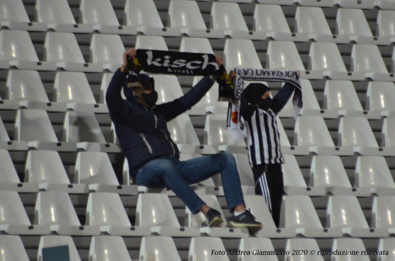 Un paio di tifosi durante Ascoli-Reggiana (foto Andrea Giammusso)