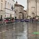 Giro d'Italia ad Ascoli, piazza Arringo attende i ciclisti sotto la pioggia